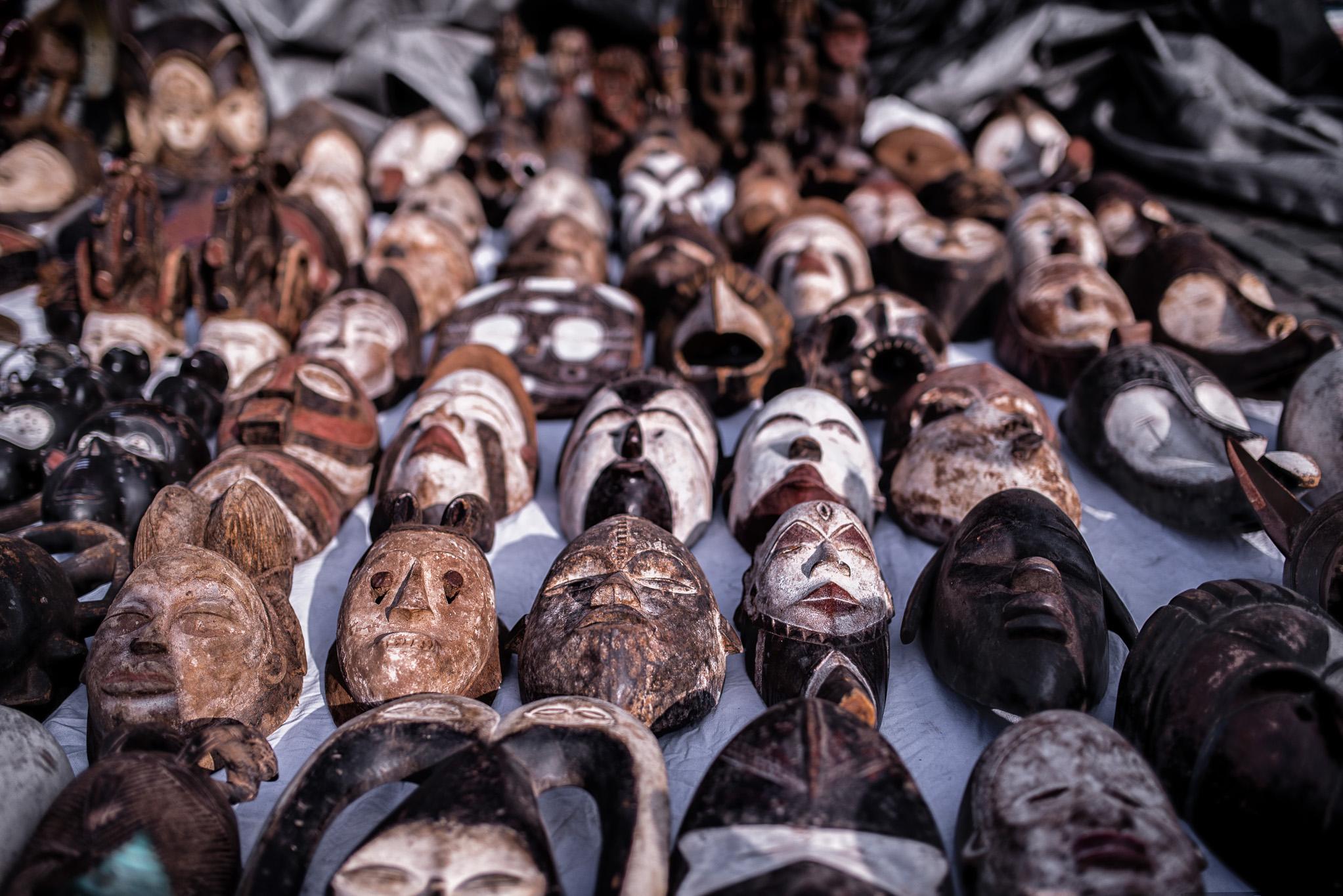 Masques au Marché aux puces de Bruxelles